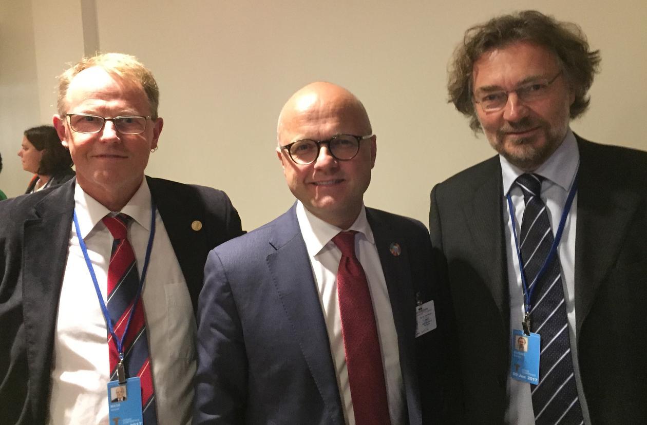 Fra venstre: marin direktør på Universitetet i Bergen Amund Måge, klimaminister Vidar Helgesen og antropolog Edvard Hviding under FNs havkonferanse i New York i juni 2017.