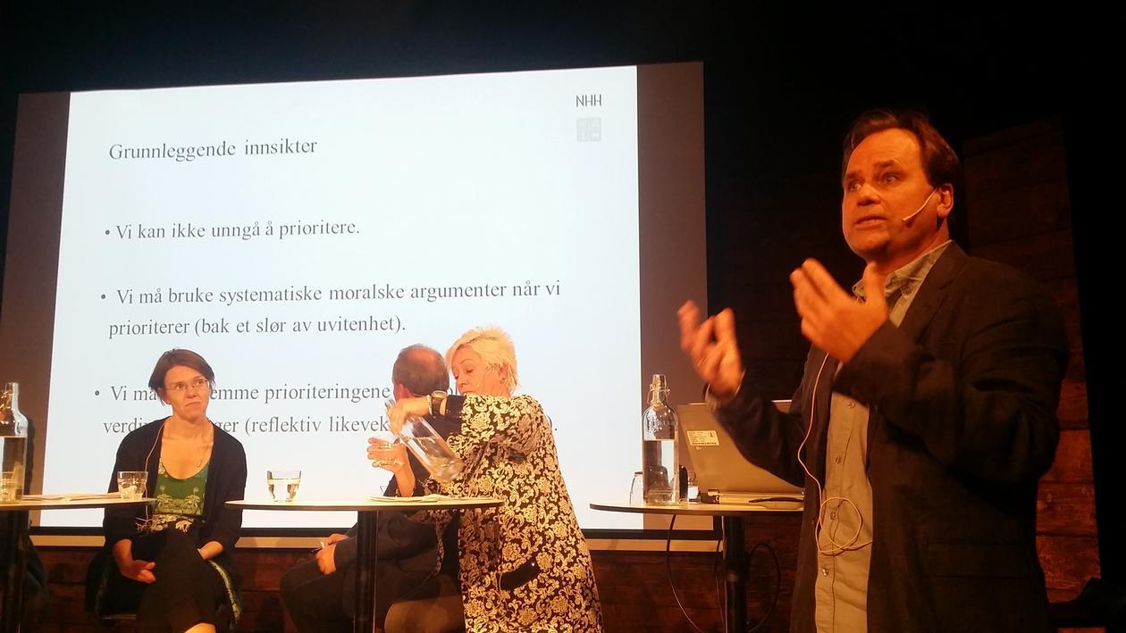 Bertil Tungodden holder innlegg på en konferanse.