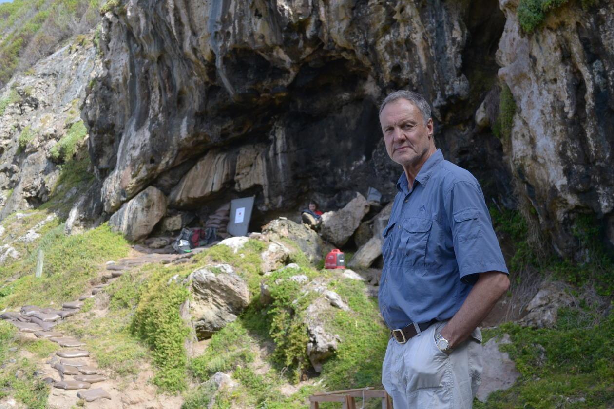 Bilde av Henshilwood utenfor hulen