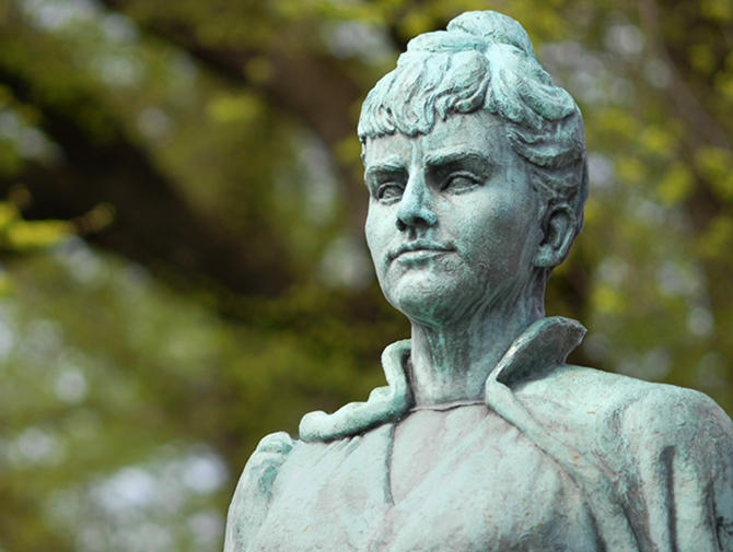 Bilde av Amalie Skram-statuen på Nordnes