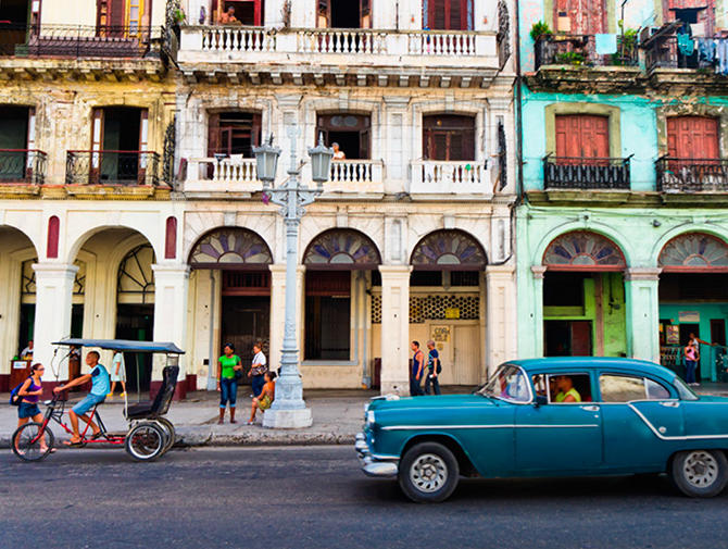 typisk spansk bebyggelse i bakgrunnen, blå bil foran