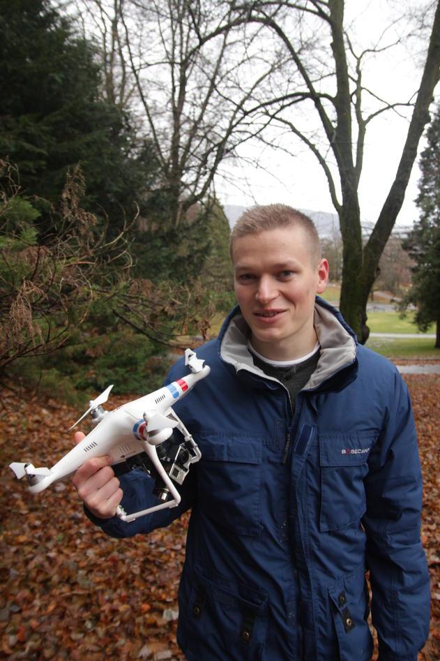 Dronene ble viktige da Kristoffer Hillesland skulle skrive masteroppgave. Nå håper han å jobbe videre med bruk av droner i arkeologien.