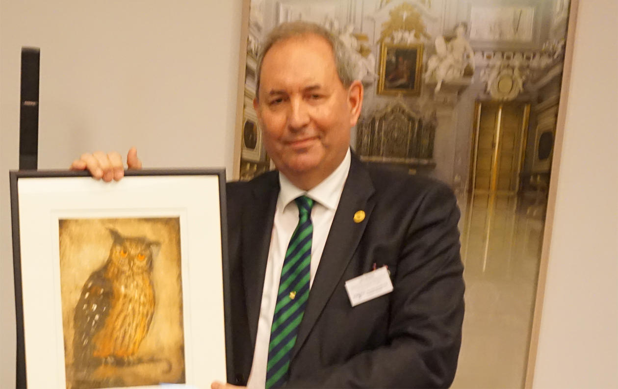 Lars A. Akslen receiving the token of the award, a painting.
