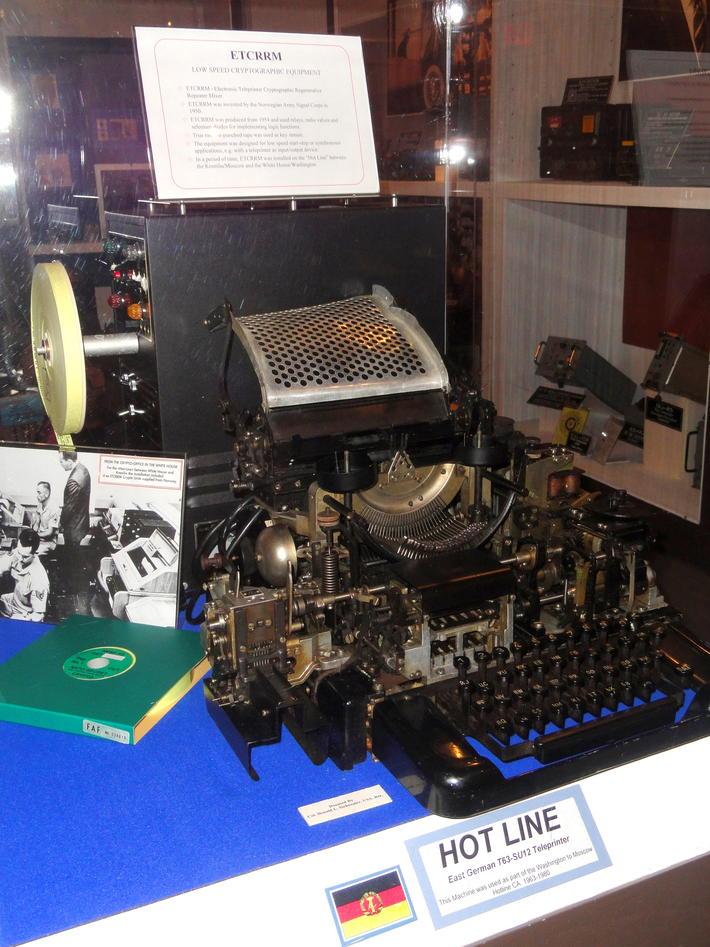 Krypteringsmaskin bak glass på museum