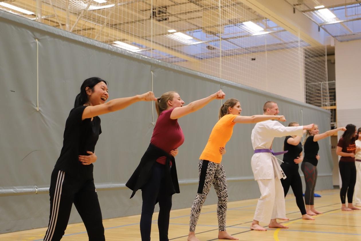 Jenter trener selvforsvar