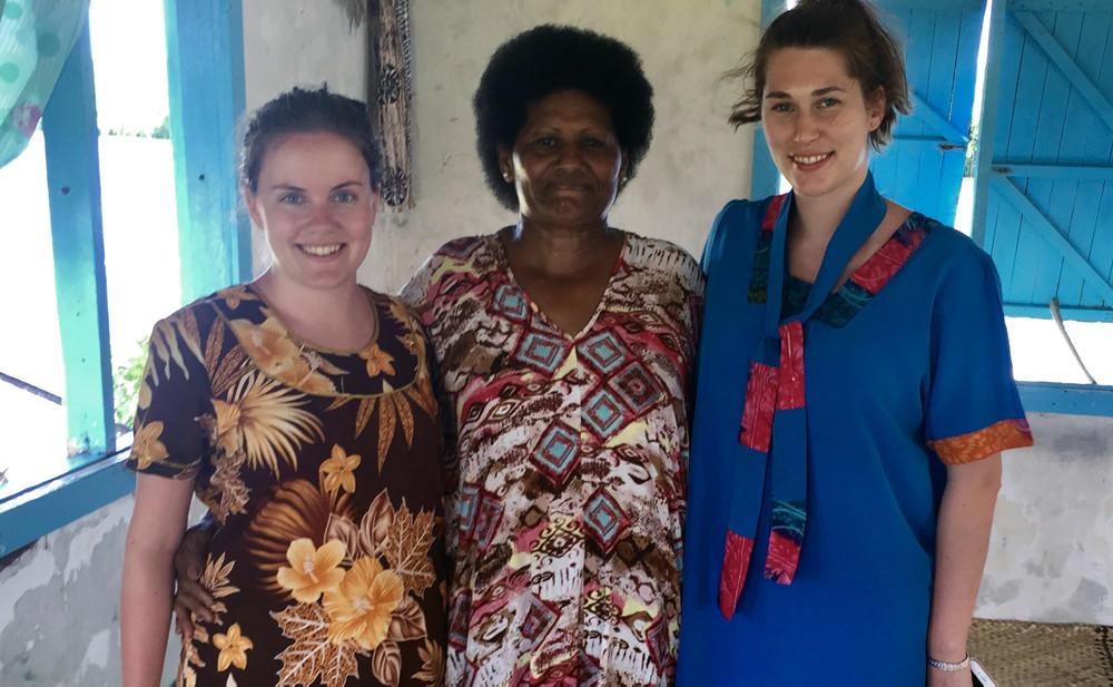 Helene og Anna studerer på Fiji