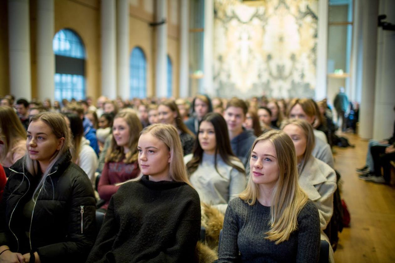 Studenter i aulaen på åpen dag