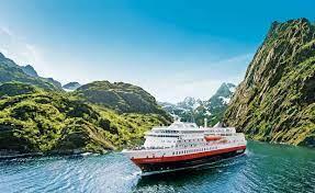 Hurtigruten seiler inn trang fjord