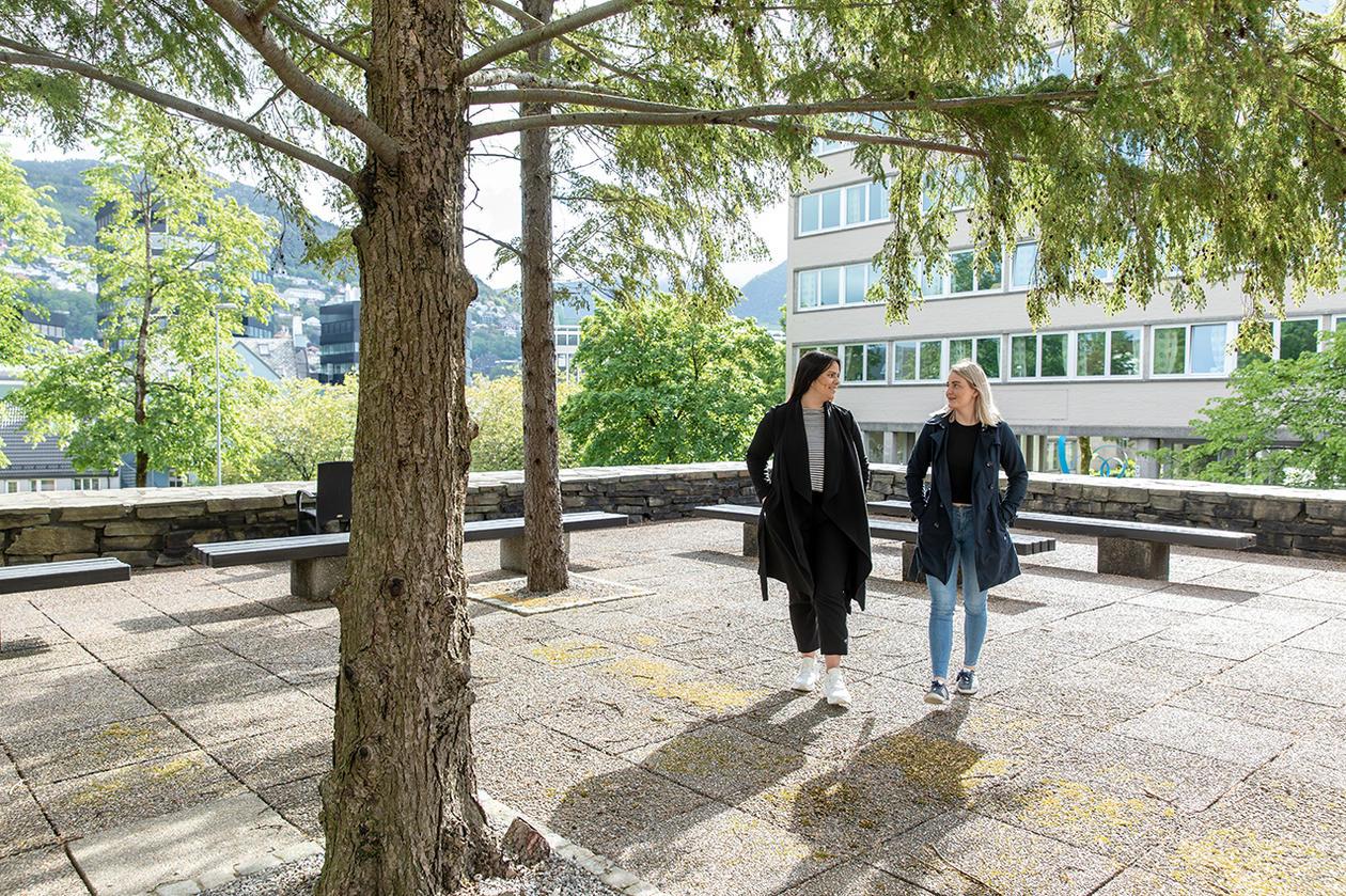 to kvinnelige studenter foran IFT