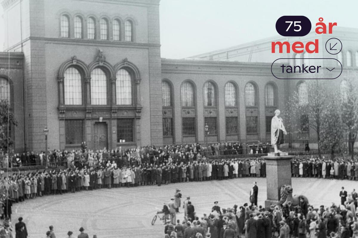 """Fra åpningen av UiB i 1946. Universitetsmuseet avbildet med mange folk på plassen. Oppe til høyre står det """"75 år med tanker"""""""