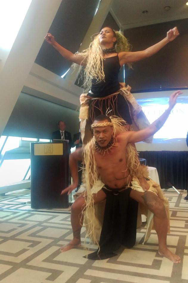 Danserne Katalina Fotofili og Tulevu Tora fra University of the South Pacific fremfører den mektige finalen av Tsunami Bird-fremføringen på Universitetet i Bergens mottakelse 7. juni 2017, under FNs store havkonferanse i New York.