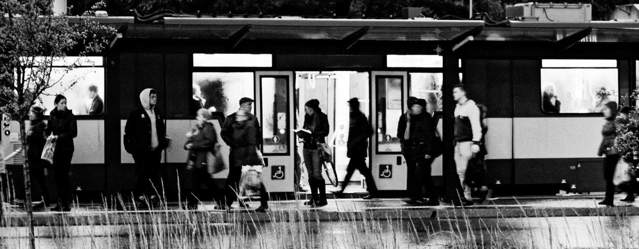 Menneske på kollektivtransportstasjon