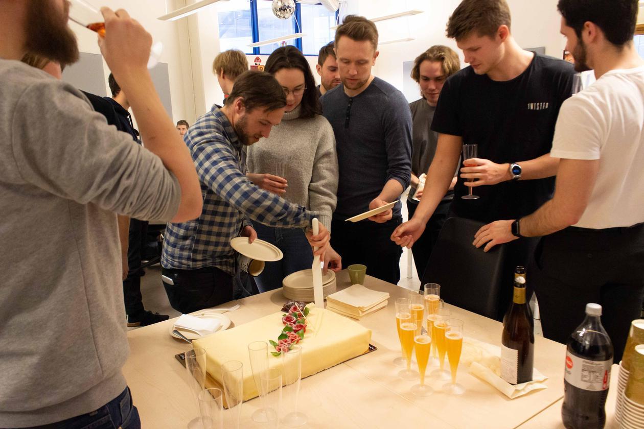 Studenter feirer med kake