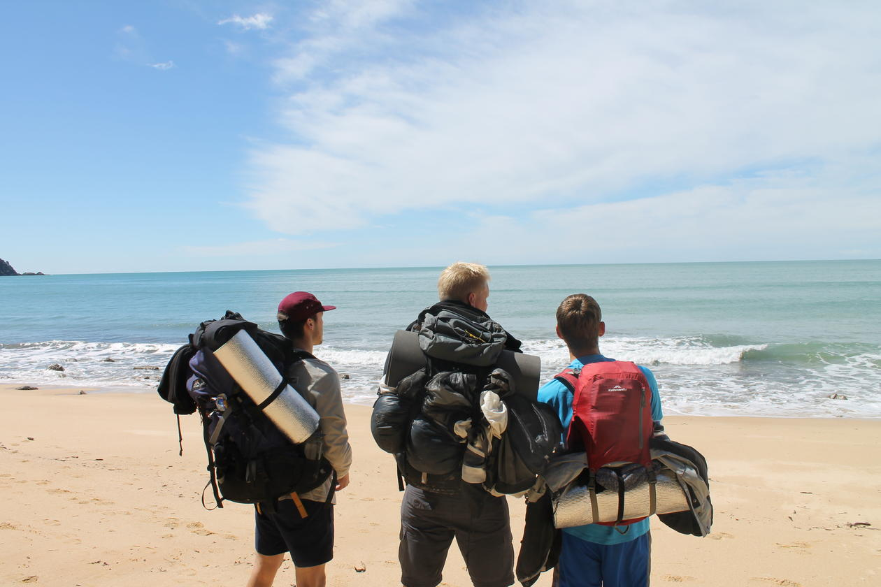 Bilde av studenter på en strand