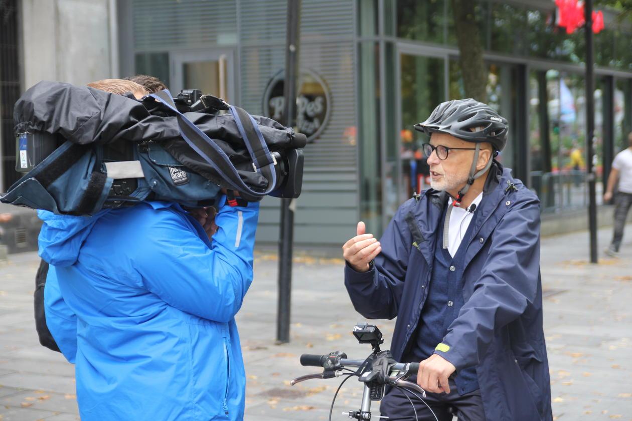 Kenneth Hugdahl forklarer den umulige sykkelen for TV2 under sykkel-VM