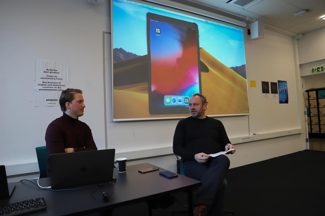 Petter presenterer Easysleep, her med Lars Nyre