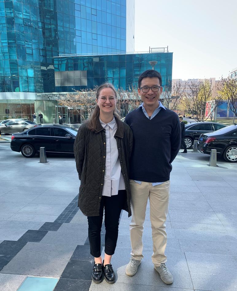 Johanna sammen med sin veileder fra Lloyd's Register, Chen Haibo utenfor kontoret i Beijing.