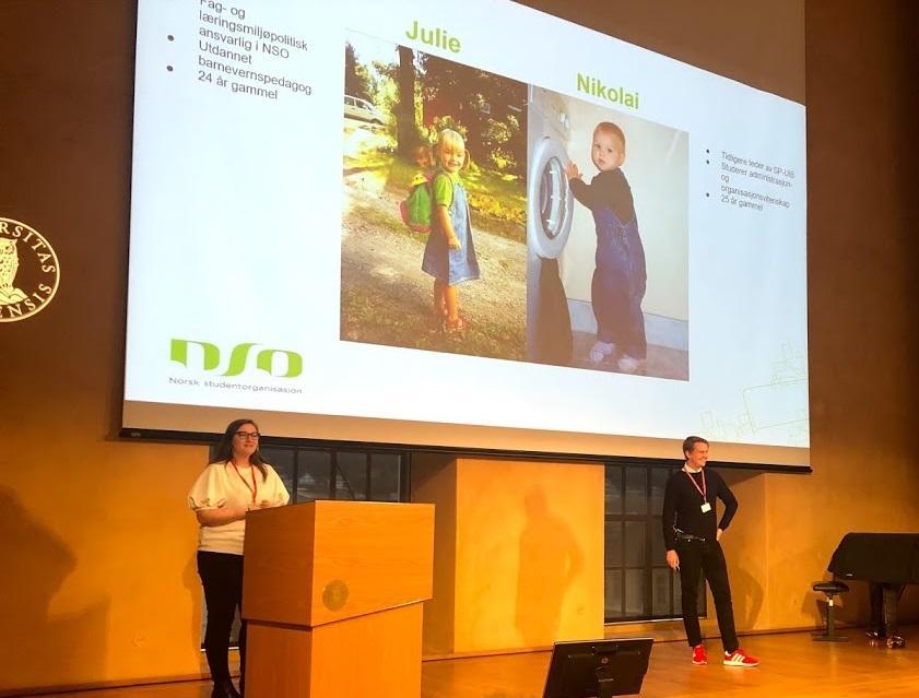 Julie Iversen og Nikolai Klæboe på scenen i aulaen.