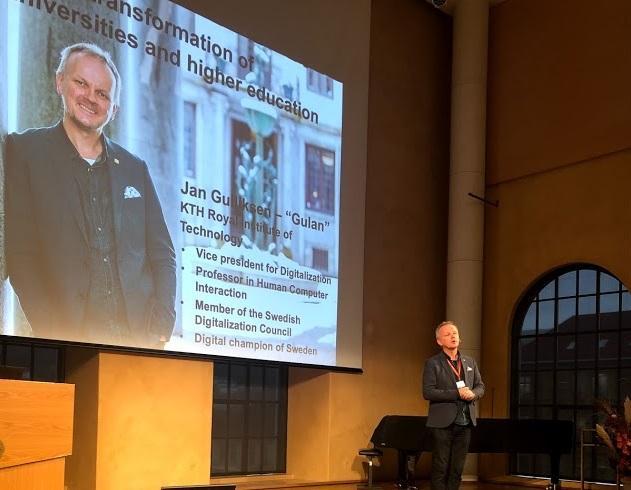 Jan Gulliksen på scenen i aulaen.