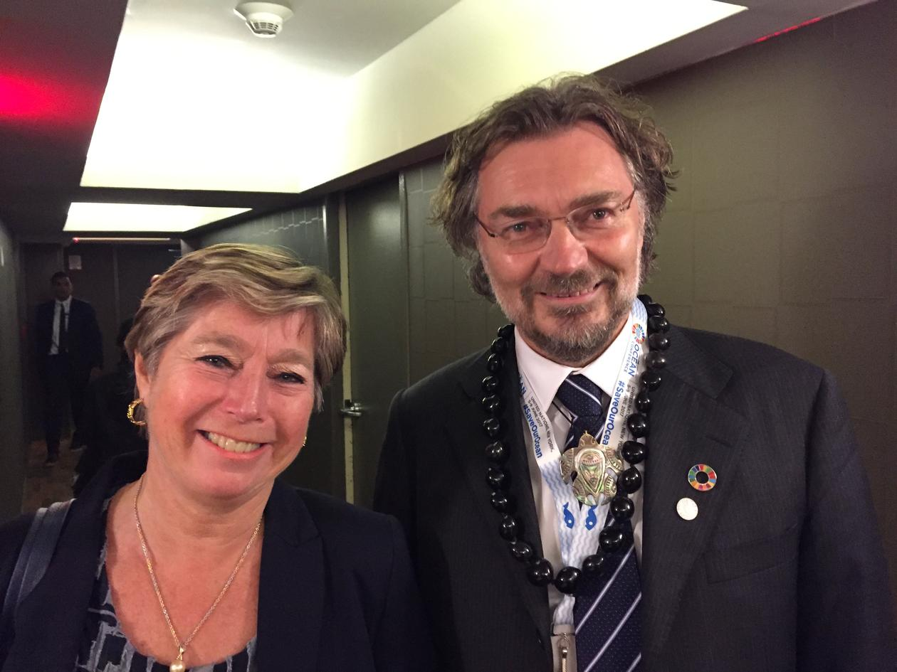 Statssekretær Tone Skogen og sosialantropolog Edvard Hviding på Universitetet i Bergen sin lansering av et nytt professorat i Stillehavet i partnerskap med University of the South Pacific under FNs store havkonferanse i juni 2017.