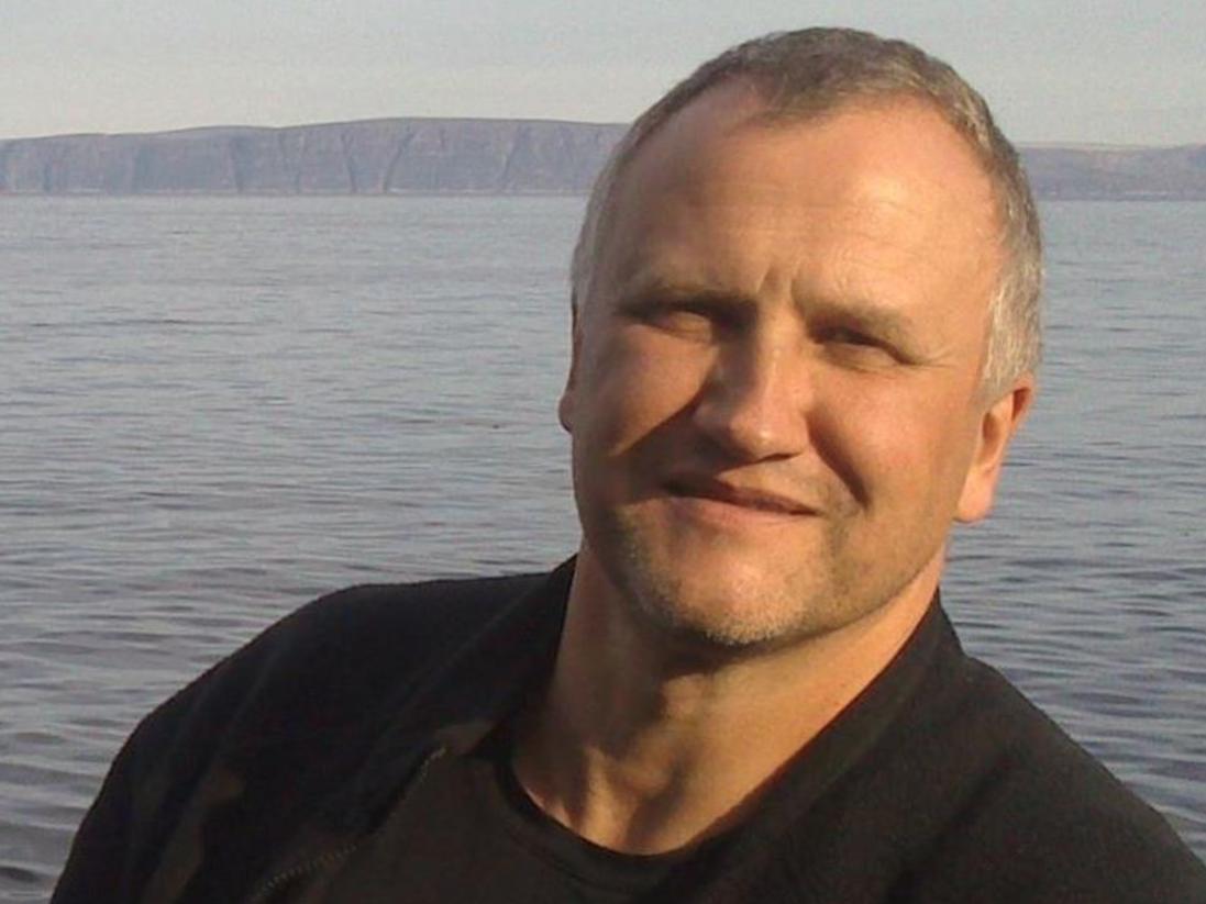 Mann fotografert foran hav