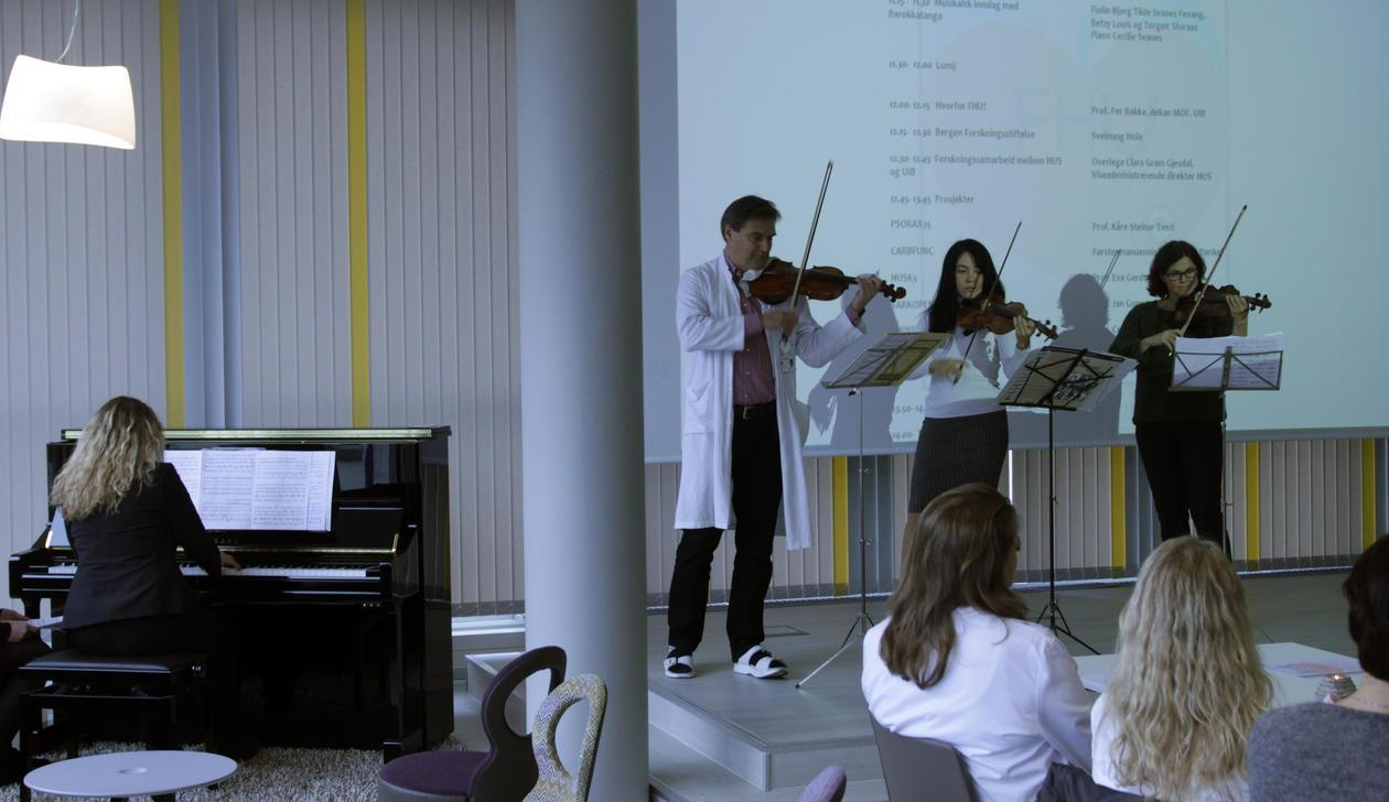 Barokkatango underholdt på åpningen. Bjørg Tilde Svanes Fevang, Betzy Louis og Torgeir Storaas på fiolin, og Cecilie Svanes på piano.