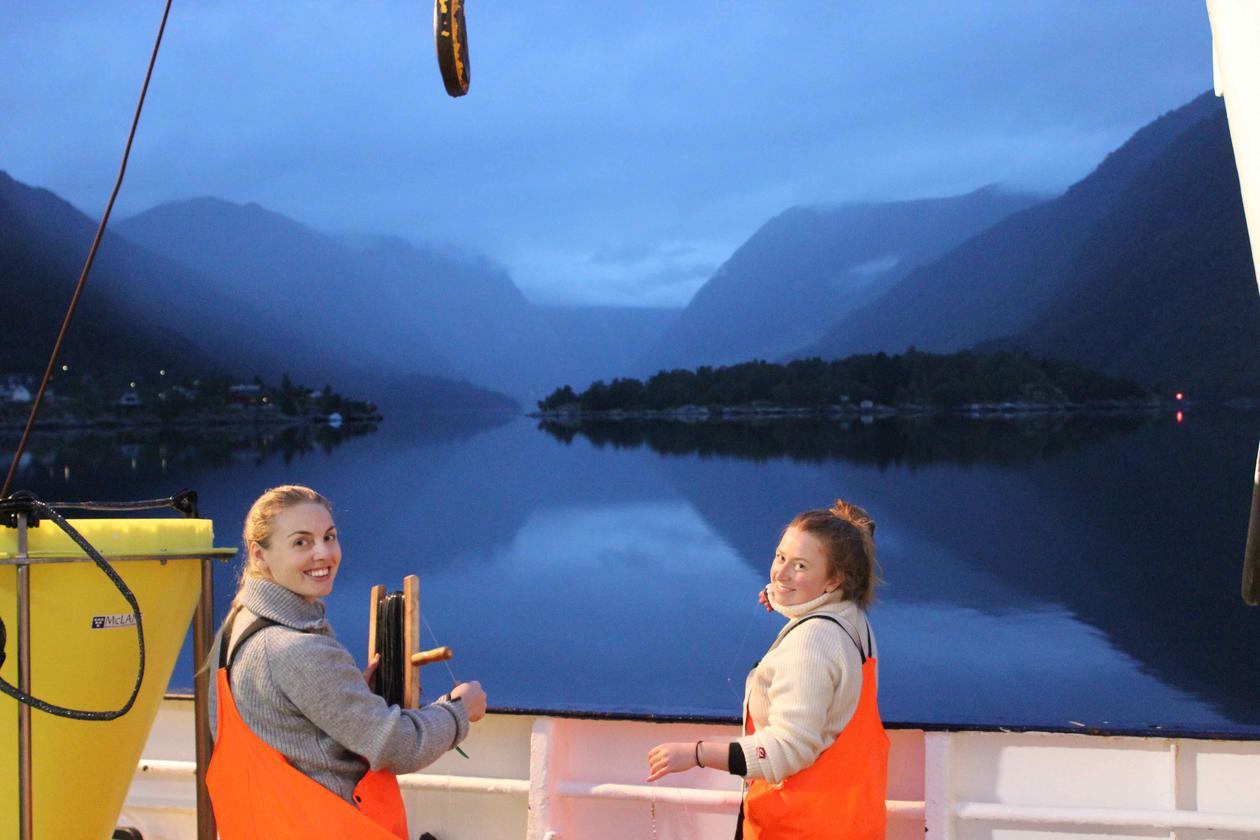 To studenter på en båt på tokt