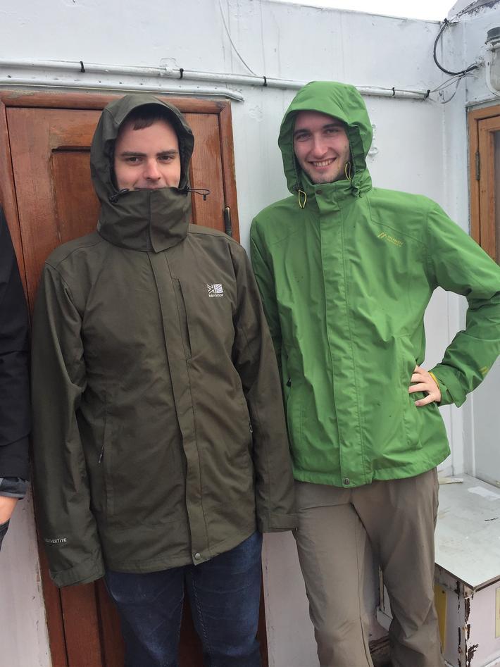 studenter på dekk i regnjakke
