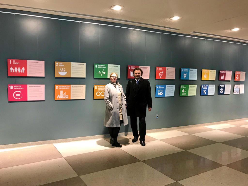 UiBs viserektor for globale relasjoner Annelin Eriksen og professor Edvard Hviding foran symbolene for de 17 bærekraftsmålene i FN-bygningen i New York.