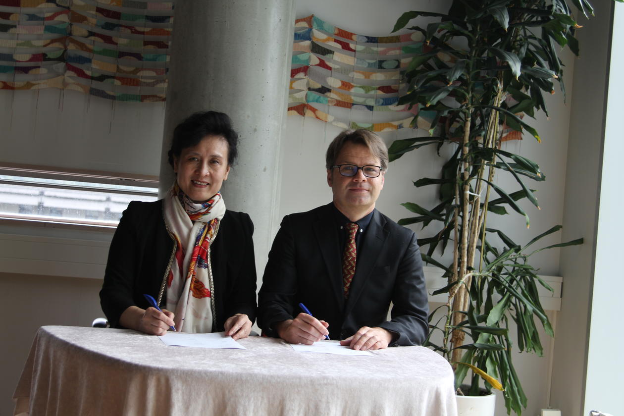 Vice President of Shandong University, Zi-Jiang Chen, and Acting University Director, Tore Tungodden, sign the Memorandum of Understanding