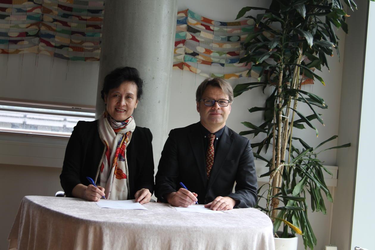 Vise-president ved Shandong universitet, Zi-Jiang Chen, og assisterende universitetsdirektør, Tore Tungodden, signerer intensjonsavtalen.