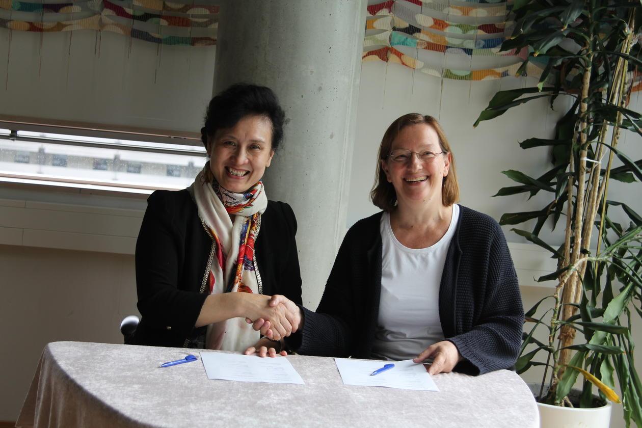 Dekan ved Shandong universitet, Zi-Jiang Chen, og dekan ved Det medisinsk- odontologiske fakultet, Nina Langeland, signerer intensjonsavtalen