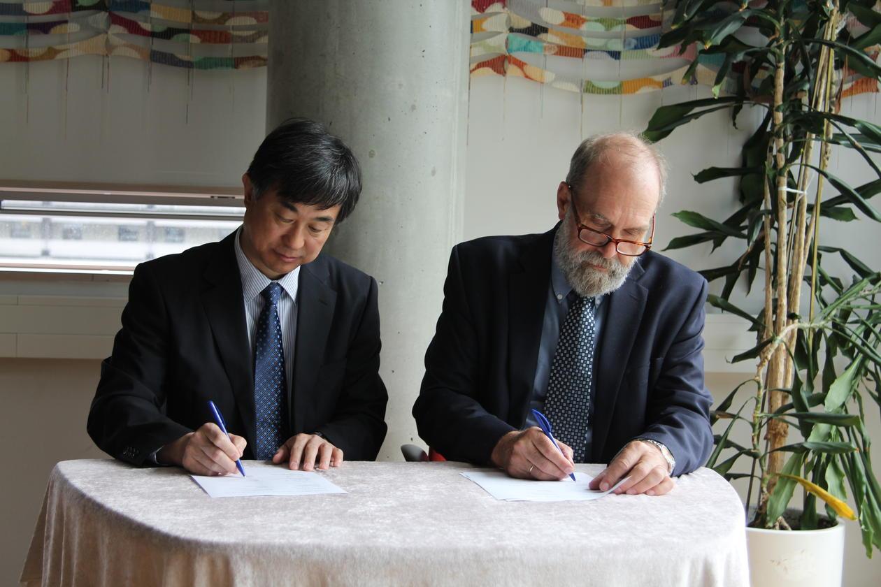 President ved Qilu Hospital ved Shandong universitet, Xingang Li, og instituttleder ved Institutt for biomedisin, Rolf Reed, signerer intensjonsavtalen