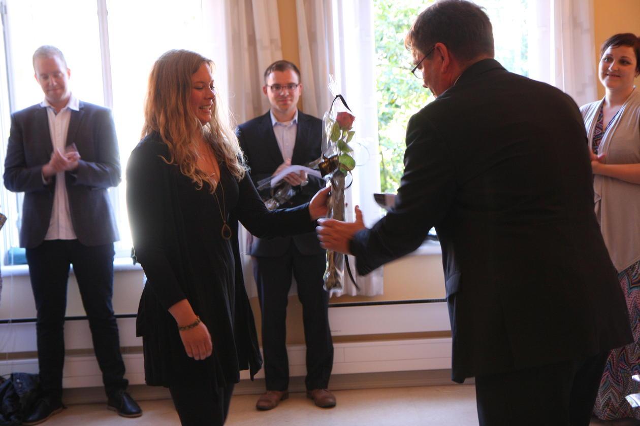Kristine Birkeland mottar rose