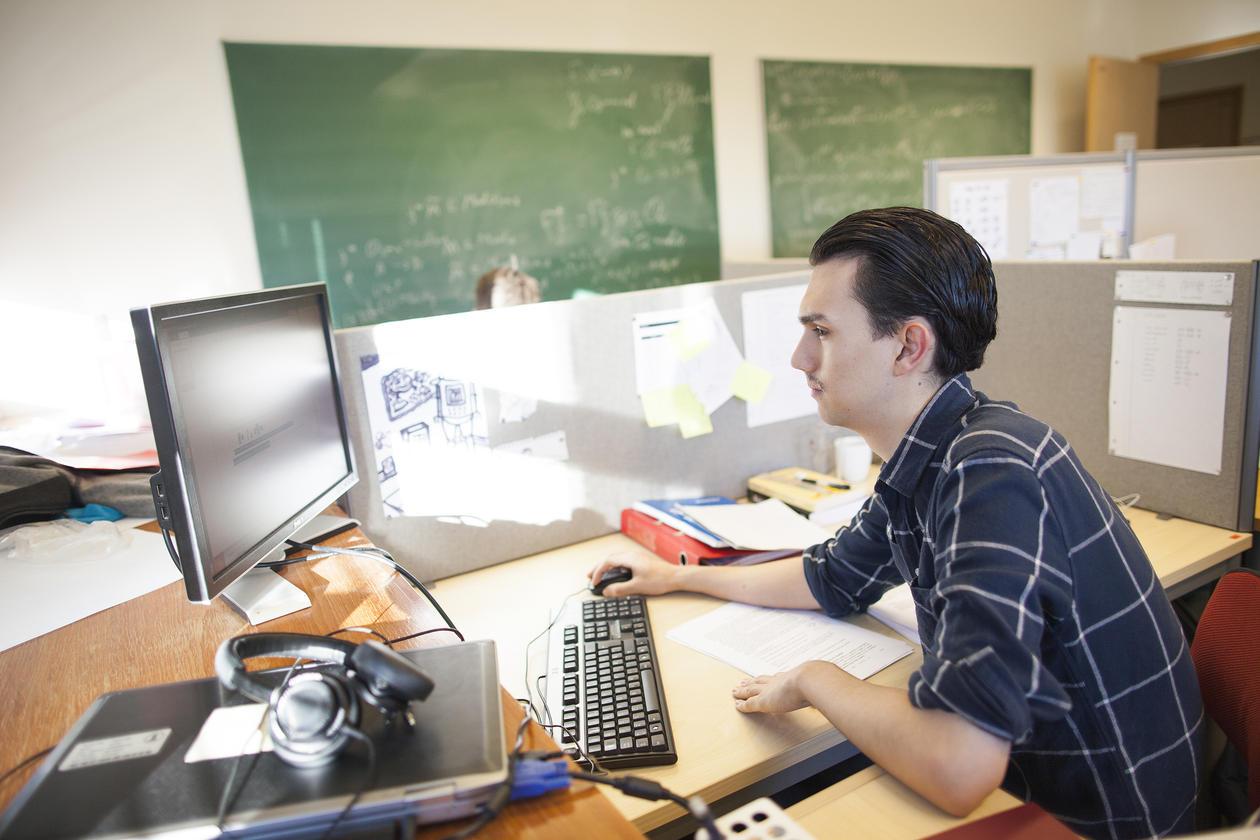 Student ved Universitetet i Bergen som sitter ved datamaskin. Universitetet satser sterkt på nye fag innenfor teknologi.