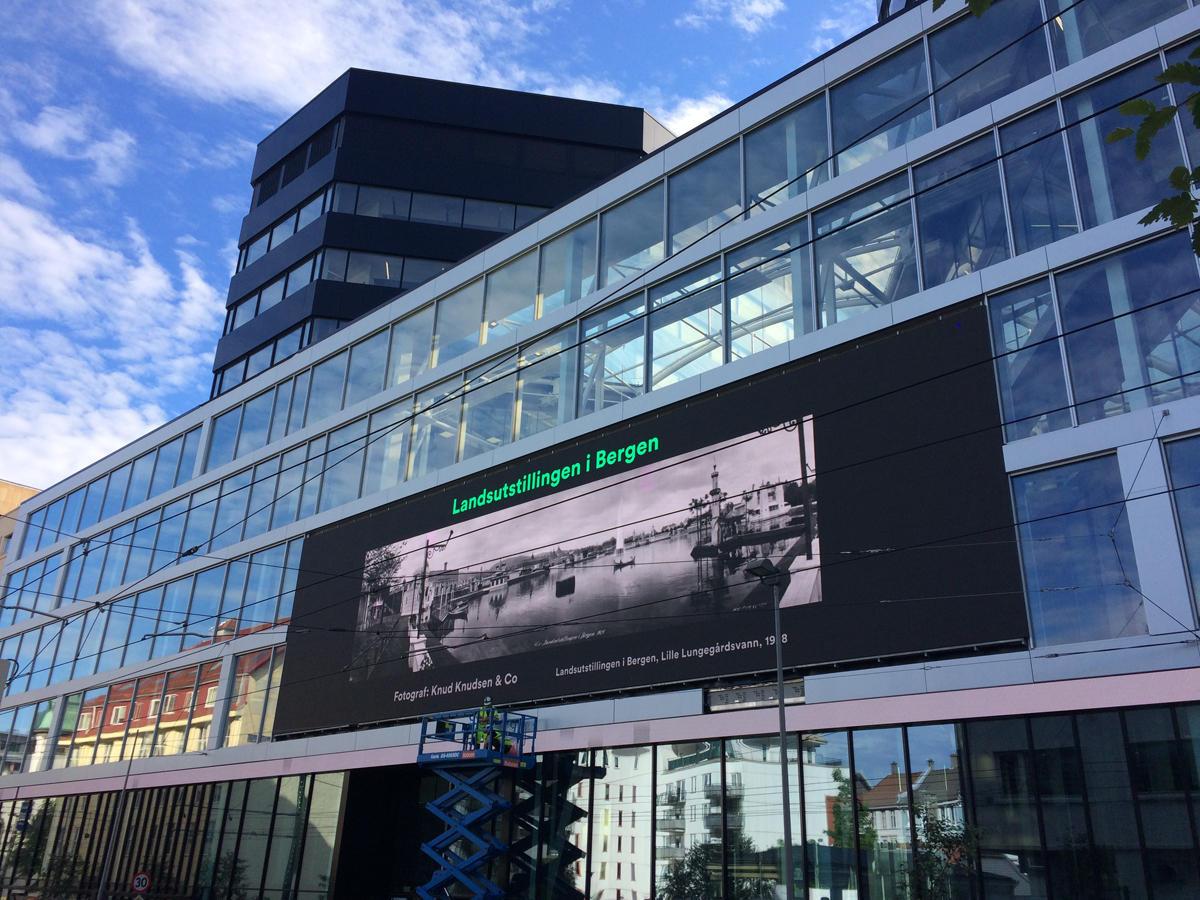 Storskjermen på fasaden i den nye mediebyen i Lars Hilles gate viser et bilde fra Billedsamlingen