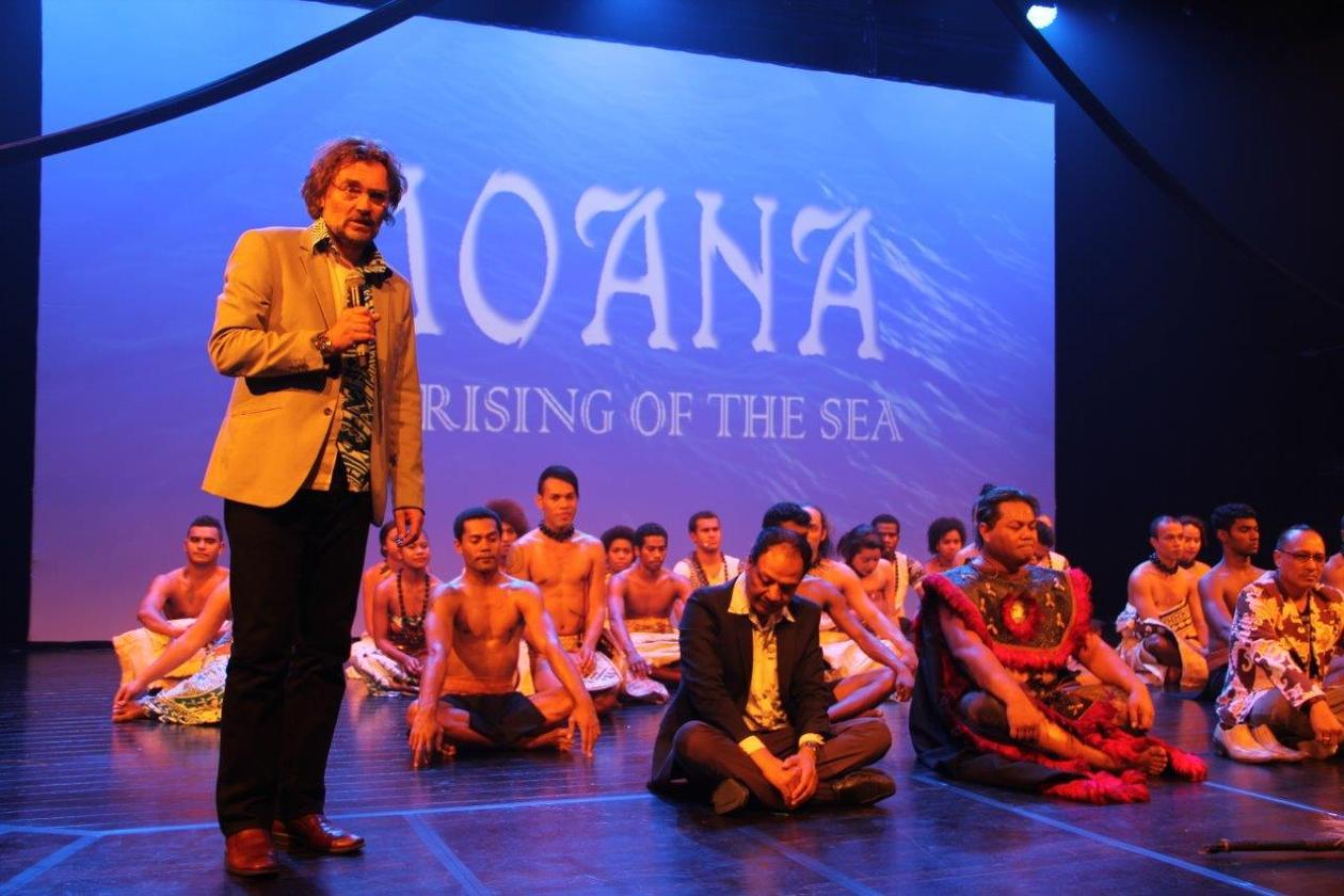Edvard Hviding takker ensemblet etter siste forestilling på Moana-turneen.