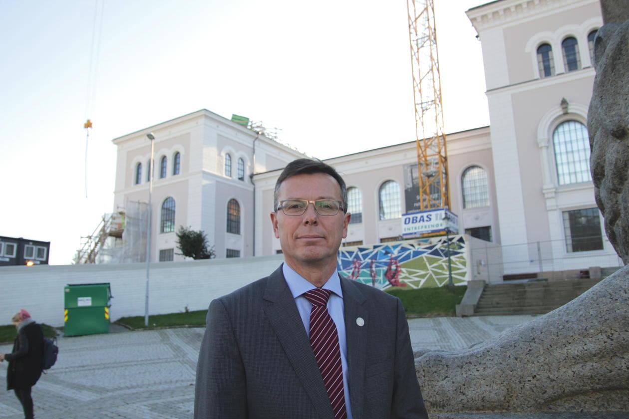 Dag Rune Olsen, rektor ved uiB, foran Universitetsmuseet.