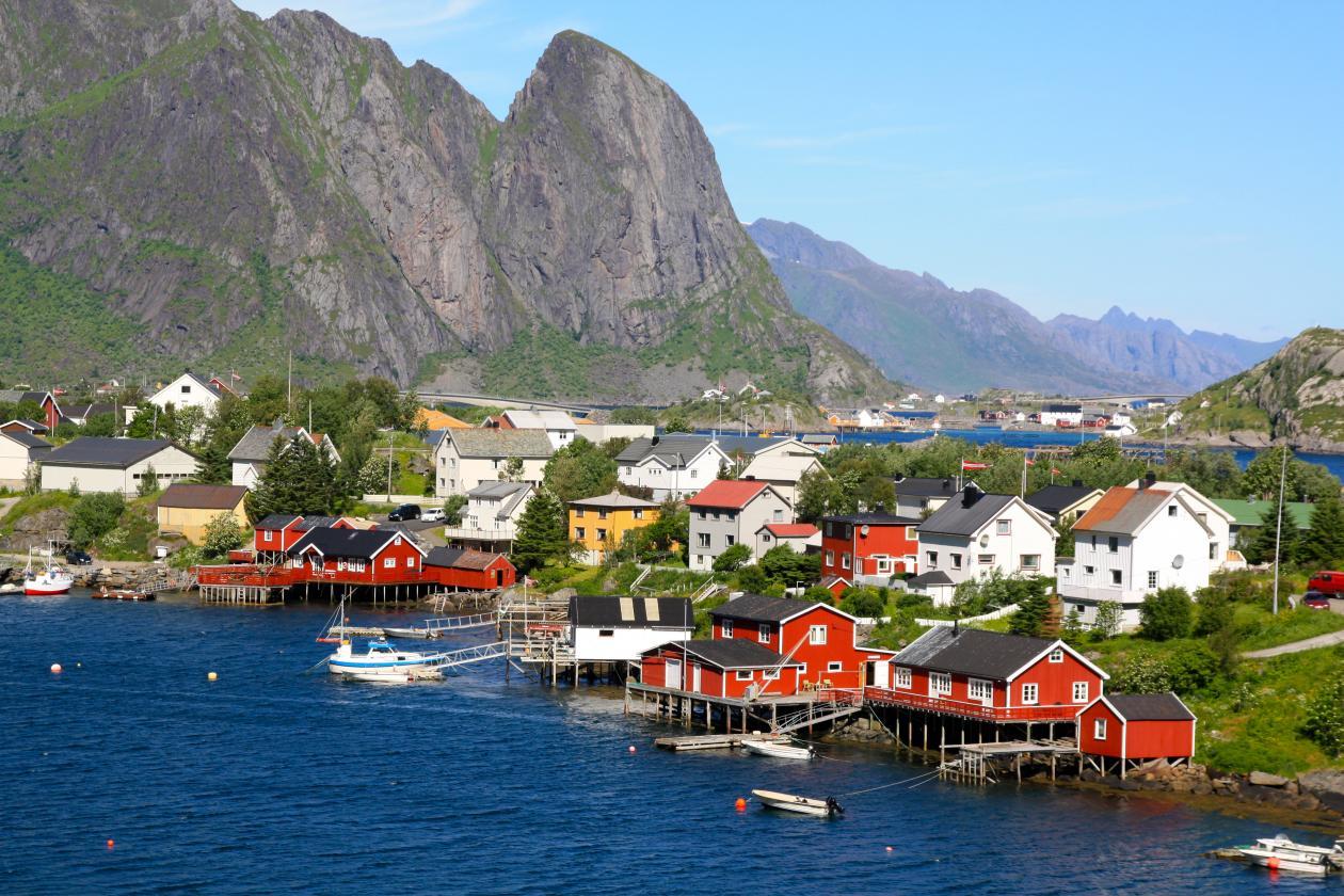 Bilde av bebyggelse og landskap i Lofoten.