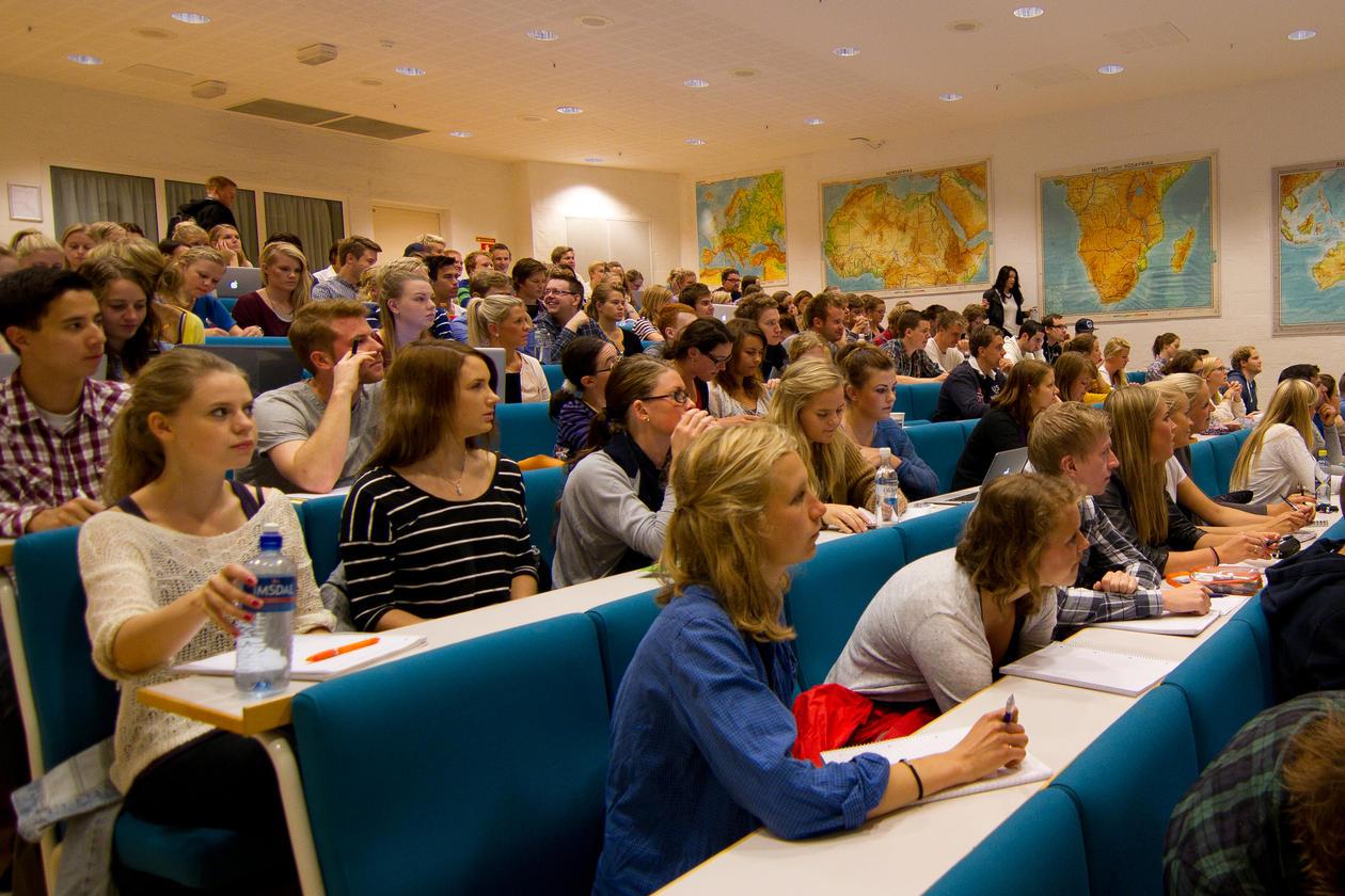 Bildet viser studenter som følger en forelesning.
