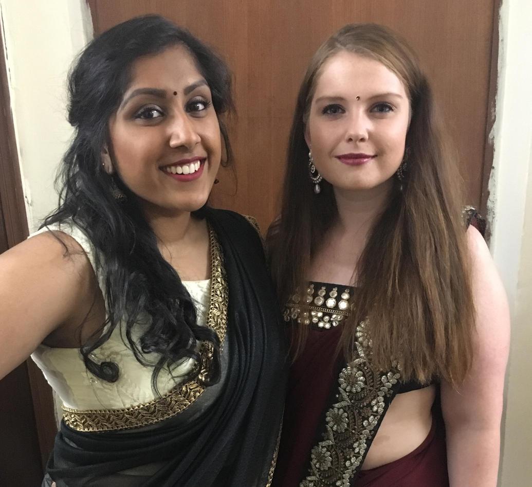 Stephanie og Lene i indiske antrekk