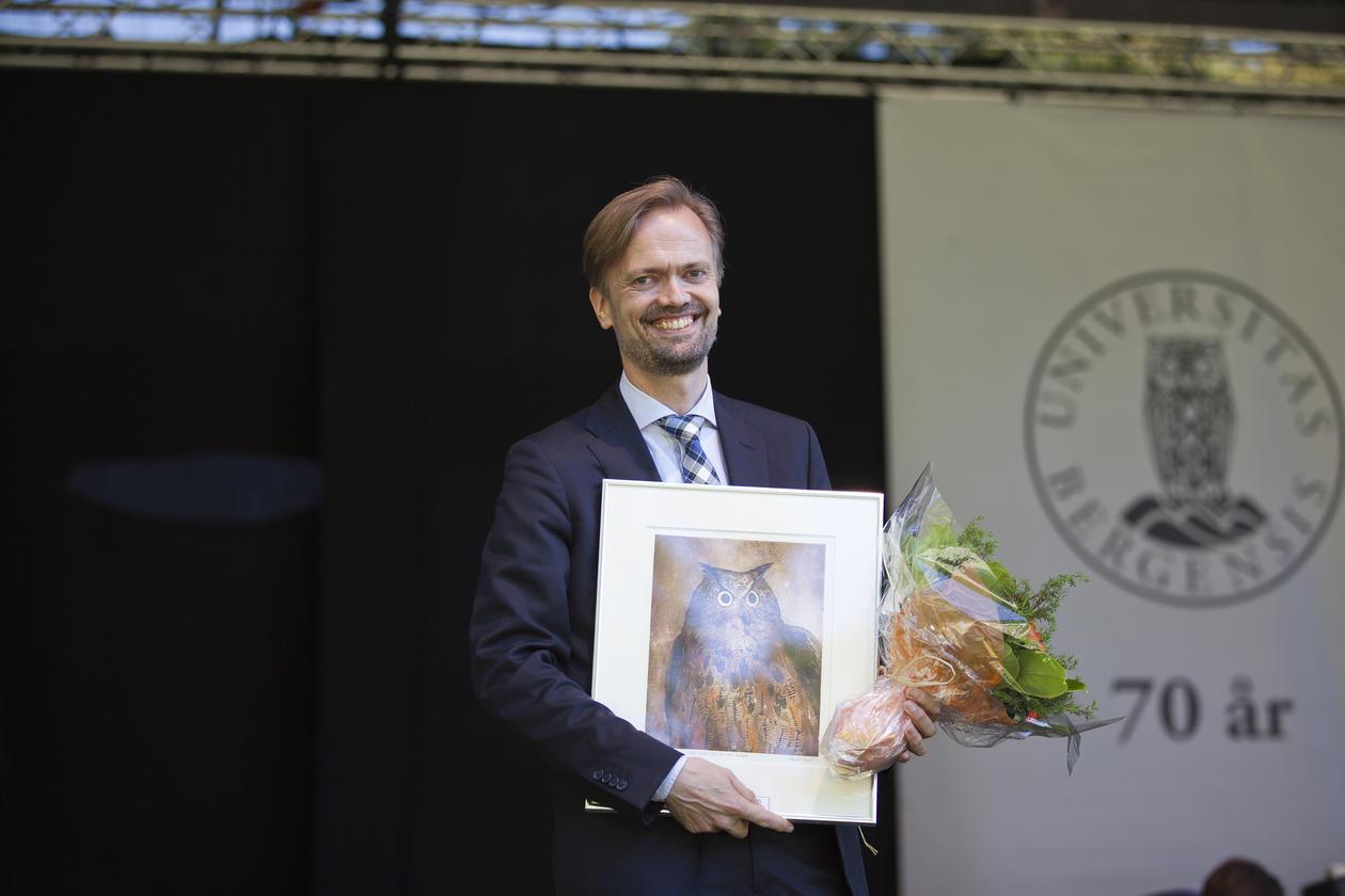 PRISVINNER: Knut Martin Tande har fått sving på digitaliseringen av undervisningen ved Det juridiske fakultet. Her fra opptak i studioet til fakultetet.