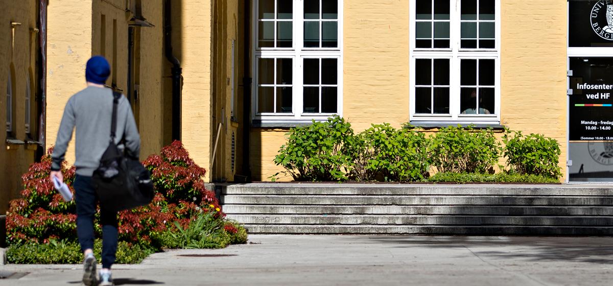 Nærbilde av inngangspartiet til Auditorium A og Infosenteret ved HF på Sydneshaugen skole