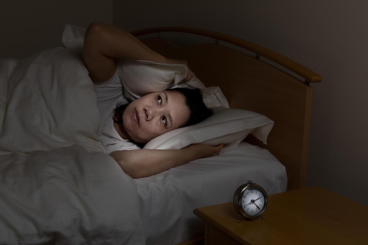 Kvinne i sengen som ikke får sove