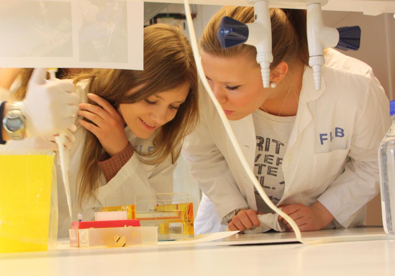 Studenter på forskningslab