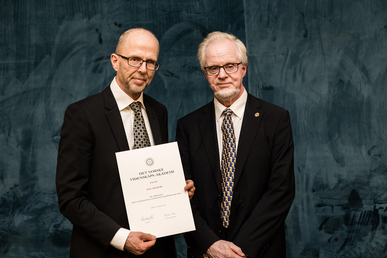 Jan Haavik og Ole M. Sejersted ved med diplom ved Det Norske Vitenskapsakademi