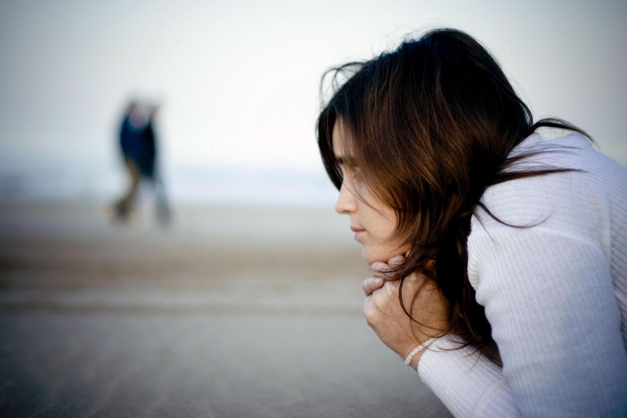 Kvinne alene på en strand