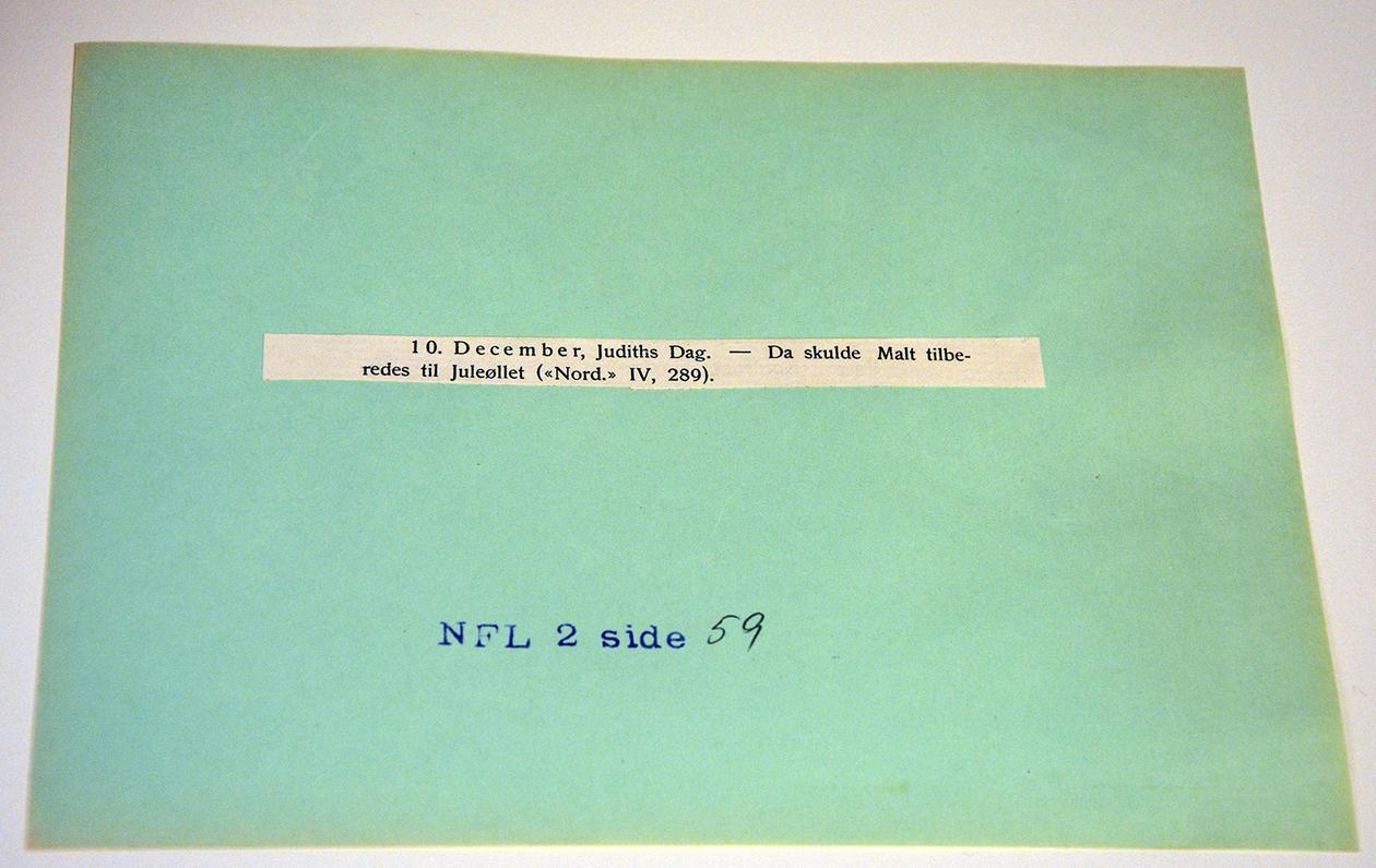 Mykje av arkivet er digitalisert, men noko er framleis i papirform – her frå merkedagssamlinga, eit utklipp om 10. desember frå ei avis i 1959.