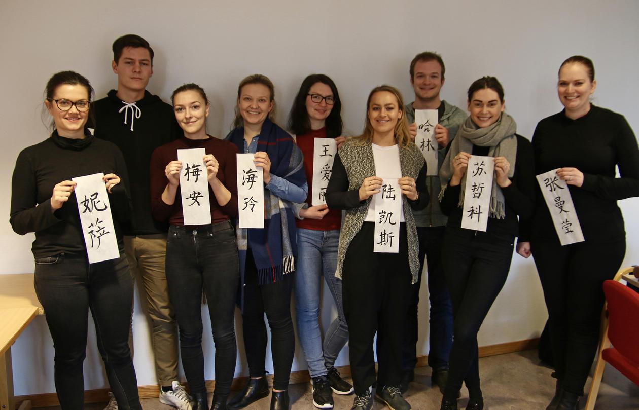 Studentene som deltar på semesterprogrammet våren 2017 holder opp lapper som viser deres kinesiske navn.