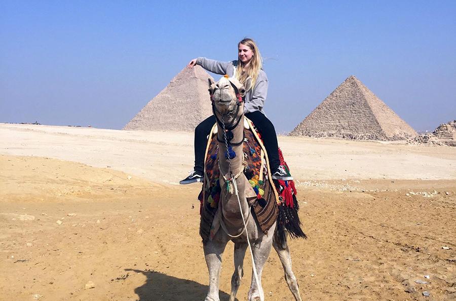 På utveksling kan man oppleve det meste. Her er antropologistudent Linea på kameltur i Egypt i en pause fra arabiskstudiene